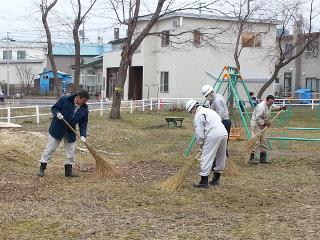 公園内の清掃の様子